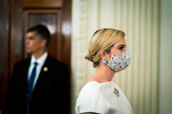 Белоснежное платье для приемов с бирюзовой брошью: Иванка Трамп выходит с карантина (фото 3)