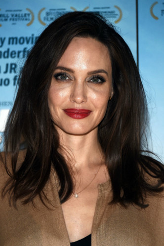 Дженнифер Лоуренс и Анджелина Джоли на премьере фильма «Лица, деревни» фото [5]