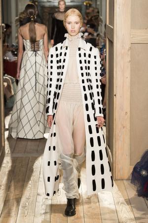 Показ Valentino коллекции сезона Осень-зима 2016-2017 года haute couture - www.elle.ru - Подиум - фото 607392