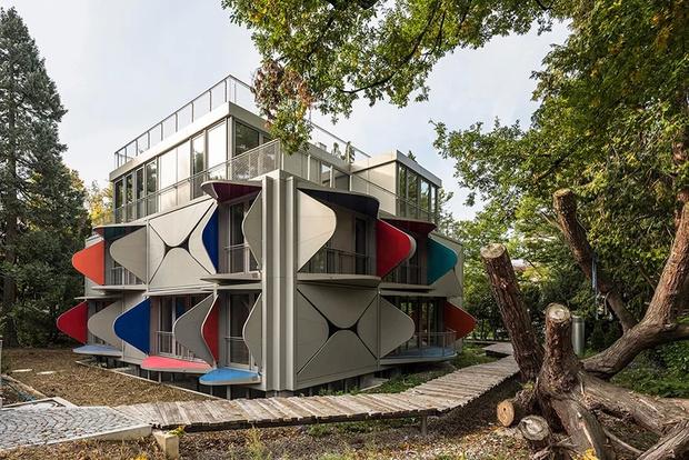 Дом с раскладными балконами — новая работа бюро Manuel Herz (фото 0)