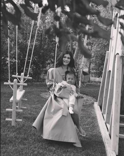 Идиллия: 6 новых (и очень красивых) фотографий Кайли Дженнер и ее дочери Сторми (галерея 2, фото 1)