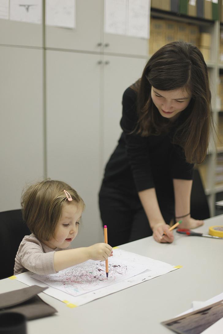 Иногда роль преподавателей берут на себя старшие ученики — это одна из традиций ЭДАСа. Мелания Липская, 3 года, и Саша Денисенко.