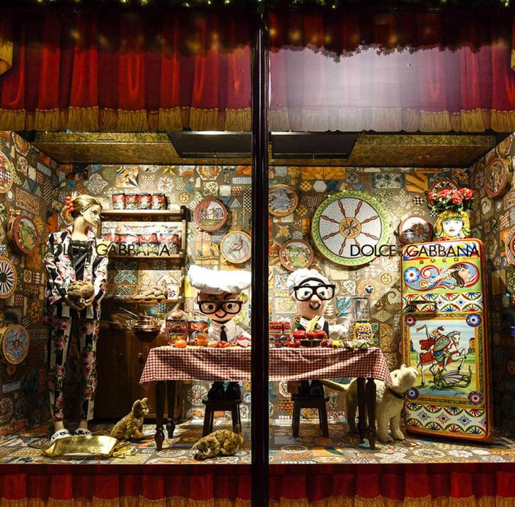 Dolce & Gabbana украсили витрины британского Harrods к Рождеству фото [13]