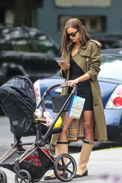 Сапоги Chanel + плащ Burberry: Ирина Шейк на прогулке c дочерью Леей (галерея 4, фото 2)