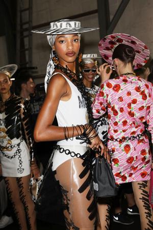 Самые красивые модели на бэкстейдже в Милане (фото 31.2)