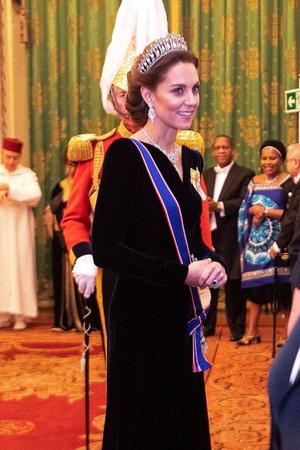 Синий бархат: Кейт Миддлтон на приеме Букингемском дворце (фото 1.1)