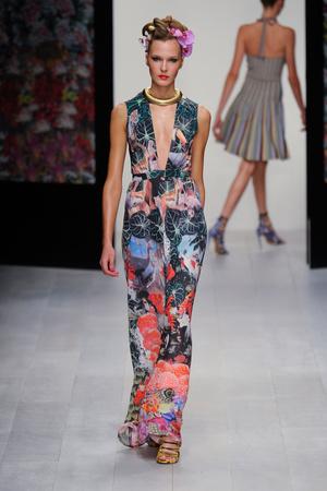 Показы мод Issa London Весна-лето 2013 | Подиум на ELLE - Подиум - фото 1182