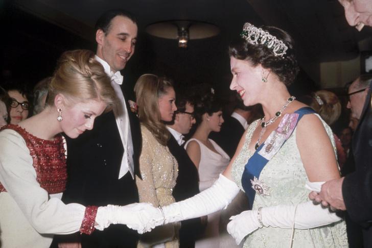 Что звезды надевали на встречу с королевой Елизаветой II? (фото 8)