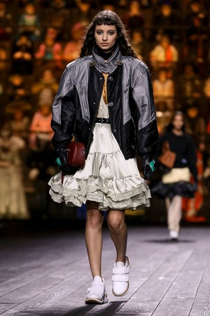 Как носить пуховик с вечерним платьем? Ответ найдете на показе Louis Vuitton (фото 4.2)