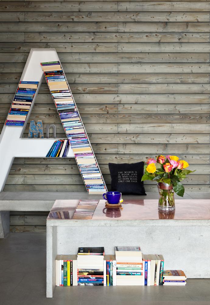 книжные стеллажи в виде букв