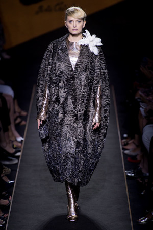 Показ Fendi коллекции сезона Осень-зима 2015-2016 года Haute couture - www.elle.ru - Подиум - фото 597128