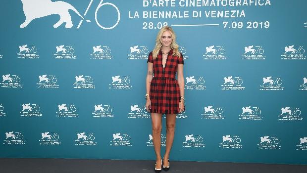 Как носить клетку: показывает Кьяра Ферраньи в платье Dior (фото 4)