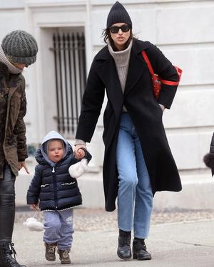 Идеальная мама: Ирина Шейк с дочерью в Центральном парке (фото 1.2)