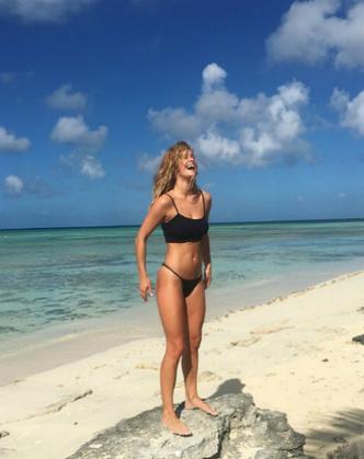 К Новому году готова: модель Нина Агдал поделилась снимками с пляжа (фото 1)