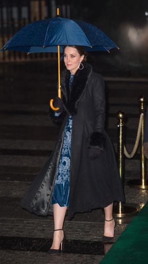 Синий бархат: Кейт Миддлтон в платье Erdem (фото 4)