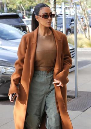 Как сочетать пальто и спортивные штаны? Показывает Ким Кардашьян (фото 0.2)