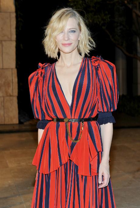 Кейт Бланшетт вышла в свет в платье Givenchy c глубоким декольте фото [2]