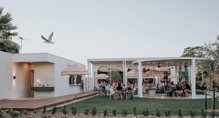 Mid-century glamour: пляжное кафе в Австралии (фото 0)