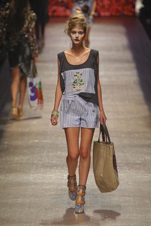 Показ Vivienne Westwood коллекции сезона Весна-лето 2011 года prêt-à-porter - www.elle.ru - Подиум - фото 189065