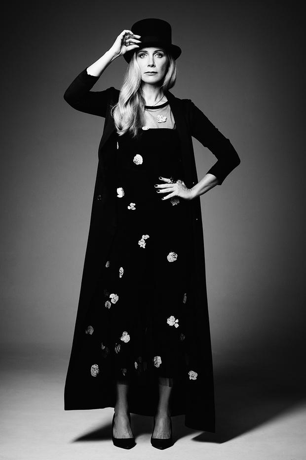 Жакет, The Row; платье, Dries Van Noten; топ, легинсы, все —Calzedonia; туфли, Dior; шляпа, собственность Ники
