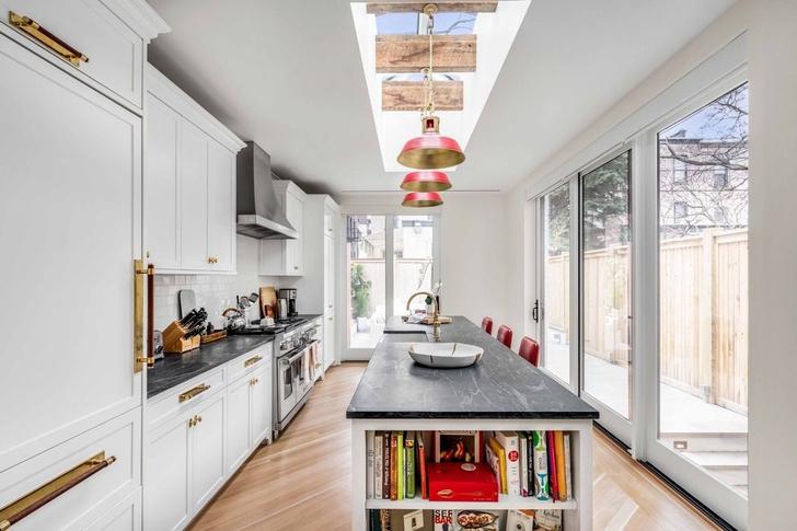 Эмили Блант и Джон Красински продают свой особняк в Бруклине фото [2]