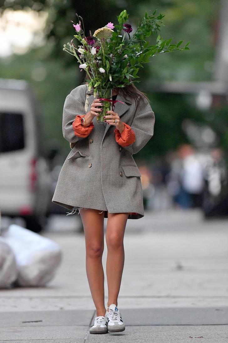 В этом сезоне Эмили Ратаковски выбирает оранжевый цвет — два образа супермодели (фото 4)