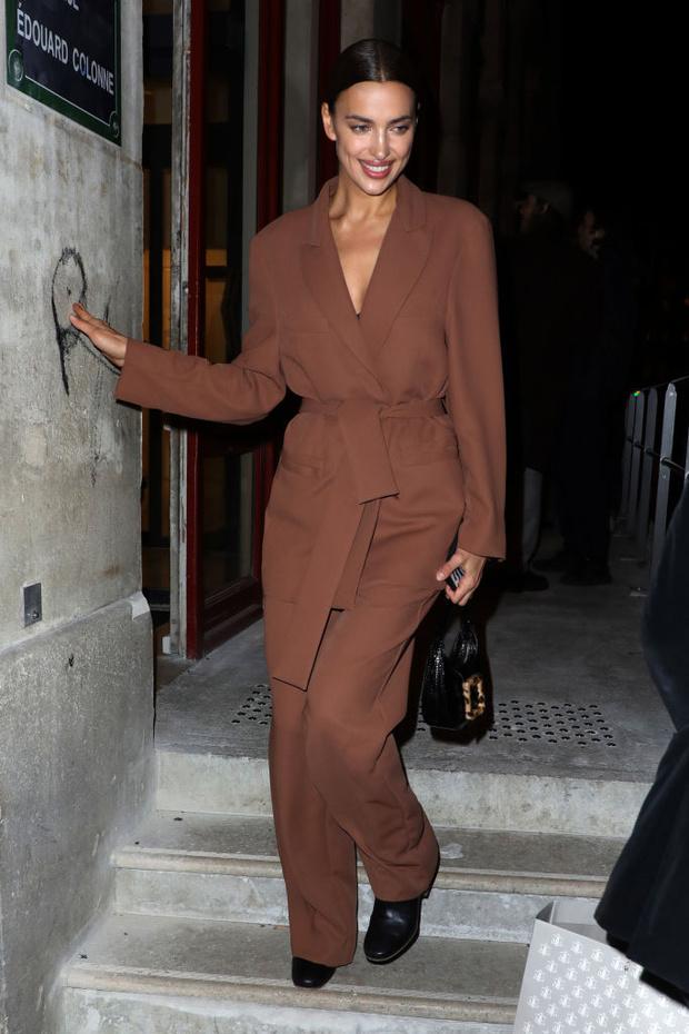 Костюм или халат? Стритстайл-образ Ирины Шейк в Париже (фото 4)
