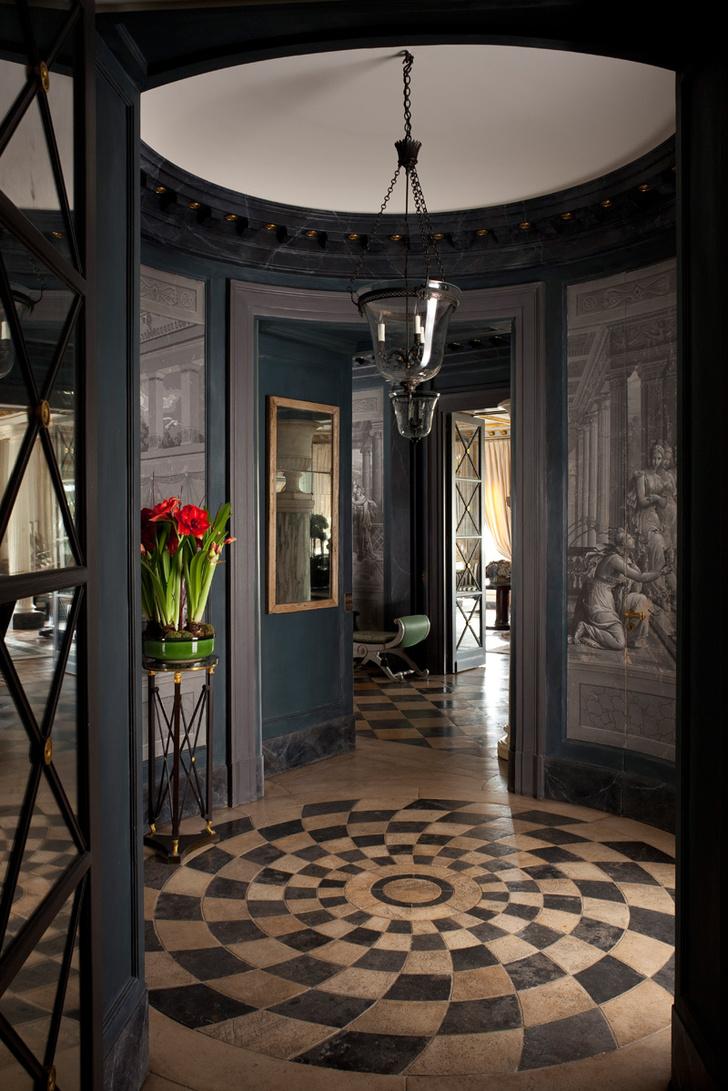 Зал-ротонда между большой галереей и обеденным залом был создан Мешишем при перепланировке. Светильник из бронзы и дутого стекла «под старину» сделан на заказ. Цветы стоят на столике XVIII века.