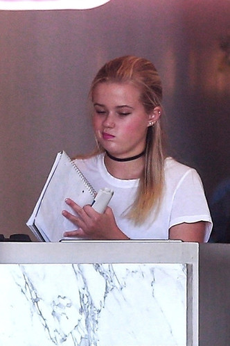 Голливудская Золушка: дочь Риз Уизерспун работает в пиццерии фото [2]