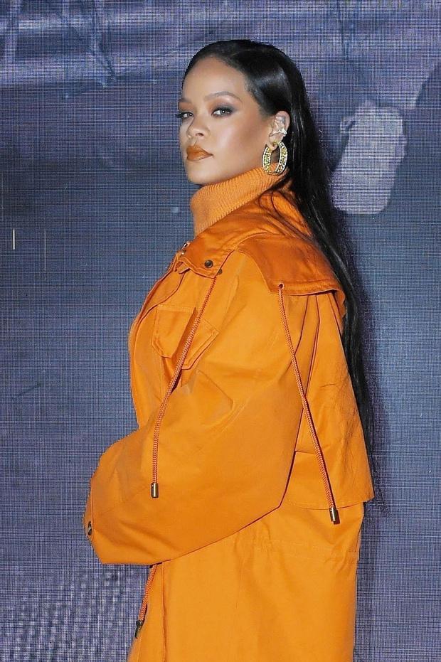 Как сочетать оранжевый с золотым? Смело демонстрирует Рианна (фото 2)
