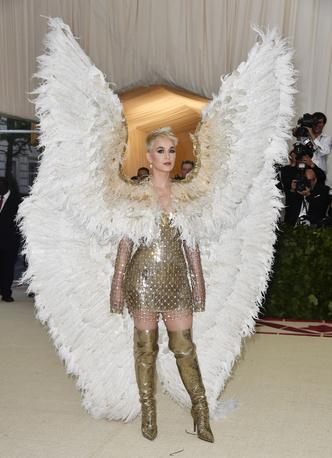Спустилась с небес: Кэти Перри в Atelier Versace (фото 4.1)