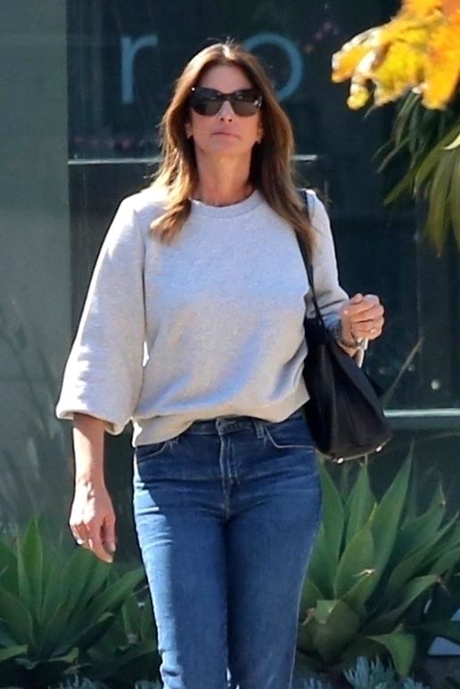 Как ни в чем не бывало: расслабленный кремовый образ Синди Кроуфорд в Калифорнии (фото 1)