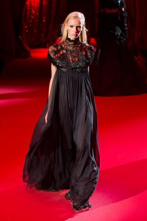 Показ Ulyana Sergeenko коллекции сезона Весна-лето  2017 года haute couture - www.elle.ru - Подиум - фото 616861