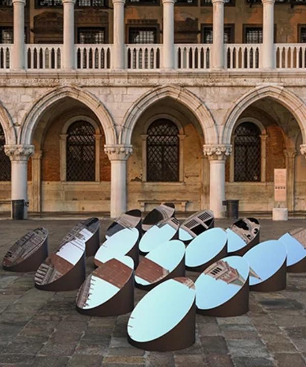 Зеркальная инсталляция в Венеции