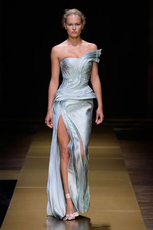 Показ Atelier Versace коллекции сезона Осень-зима 2016-2017 года Haute couture - www.elle.ru - Подиум - фото 606845