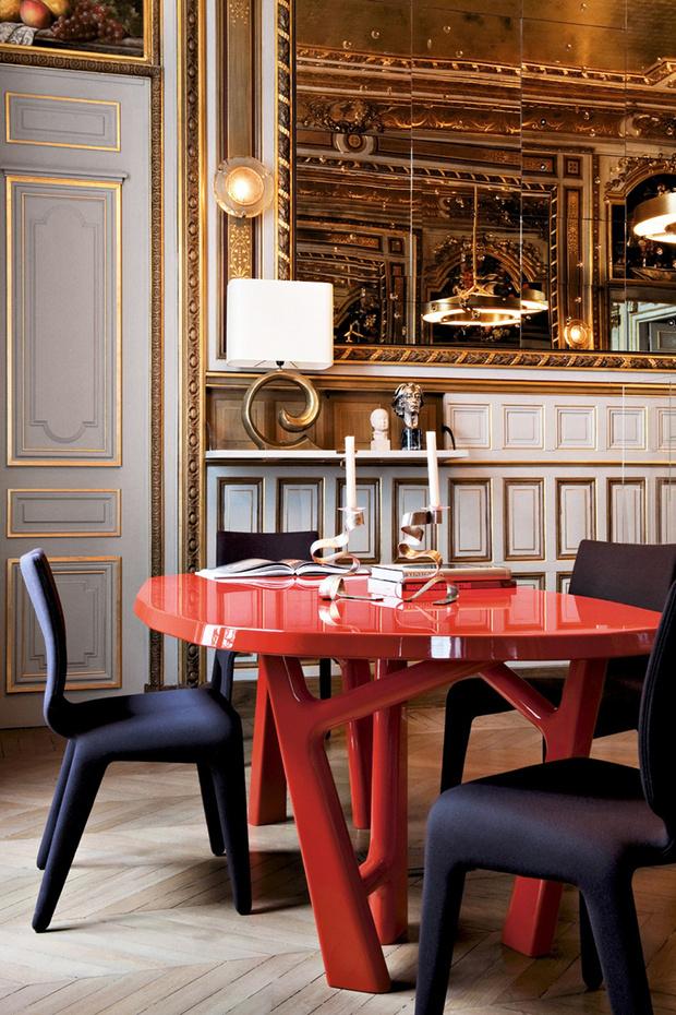 Покрытый ярко-красным лаком стол Ibu, вносит неформальную ноту в дворцовый интерьер парижского особняка. Проект декоратора Клавса Розенфлака