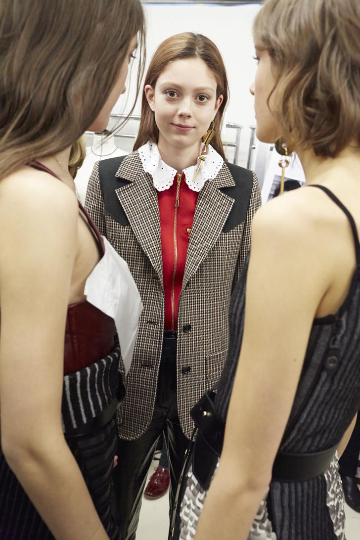 Модель Натали Вестлинг за кулисами показа Louis Vuitton