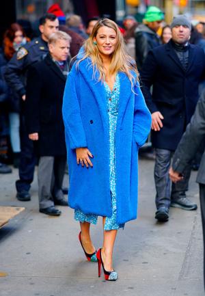 Больше цвета: Блейк Лайвли в синей шубе Max Mara и платье Ulyana Sergeenko (фото 1.1)