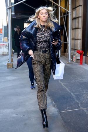 2 вида леопардового принта + пуховик: Эльза Хоск в зимнем Нью-Йорке (фото 1)