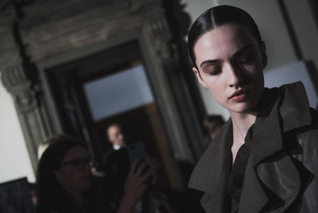 Самые красивые модели на бэкстейдже в Милане (фото 24)