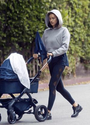 Фото дня: Ирина Шейк на прогулке с дочкой