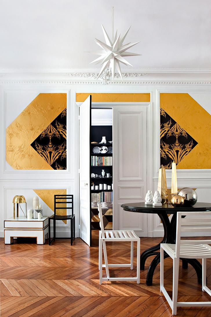 Владелец парижских апартаментов Эммануэль Боссюэ придумал очень нестандартный ход — выклеить на стене гостиной абстрактное художественное полотно из двух видов нарезанных на квадраты обоев Dandelion («Одуванчик»), выпущенных Atelier d'Offard по его эскизам, www.armelsoyer.com