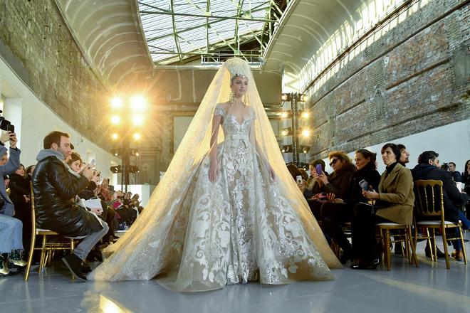 Вырезы в форме галстука и сотни тысяч кристаллов: Elie Saab Haute Couture 2020 (фото 1)