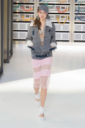 Показ Chanel коллекции сезона Весна-лето  2017 года Prêt-à-porter - www.elle.ru - Подиум - фото 607931