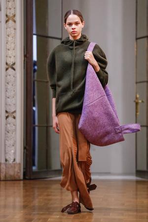 Показы мод Victoria Beckham осень-зима  2018-2019 | Подиум на ELLE - Подиум - фото 6181