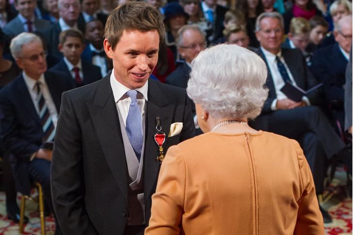 Что звезды надевали на встречу с королевой Елизаветой II? (фото 56)