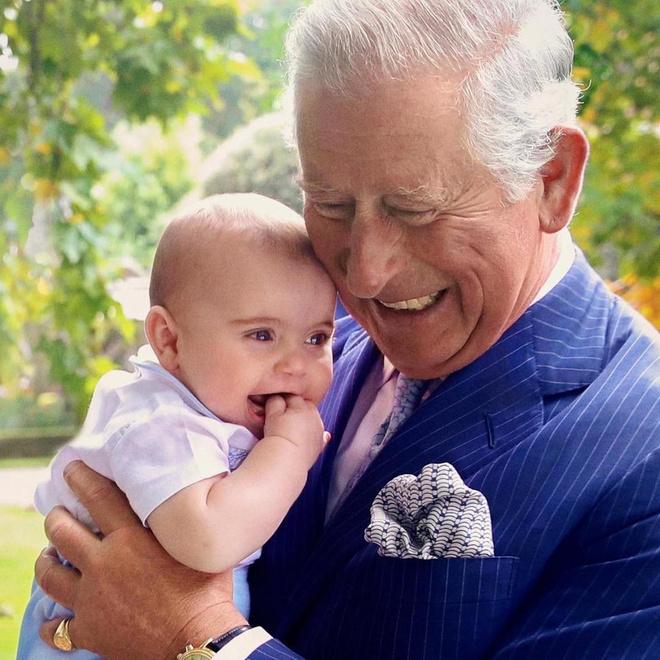 Трогательное фото: принц Чарльз и принц Луи на фоне пейзажей резиденции Clarence House (фото 3)
