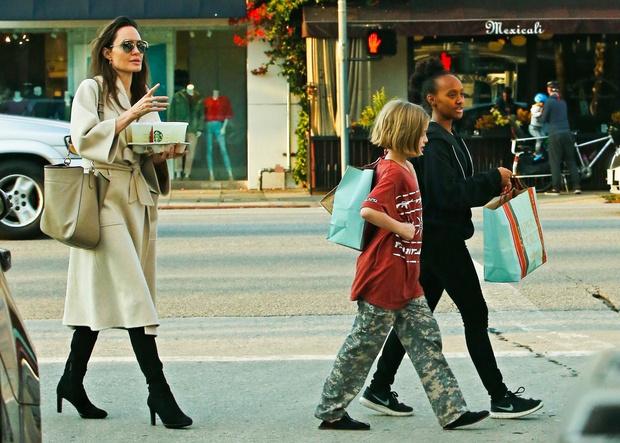 Фото дня: Анджелина Джоли на прогулке с детьми (фото 2)