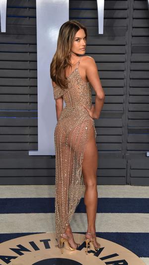 Призрачная нить: самые откровенные платья звезд на вечеринке после «Оскара» (фото 1.1)