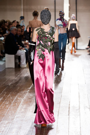 Показ Maison Martin Margiela коллекции сезона Осень-зима 2013-2014 года haute couture - www.elle.ru - Подиум - фото 556295